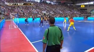 ФК  Барселона играет в минифутбол  прикольно посмотреть