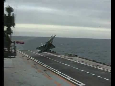 Cận cảnh pha hạ cánh thót tim của Su-33
