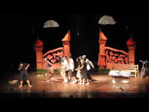"""Drama Musikal """"Ratap Bumi"""" oleh Sanggar Kesenian APAKAH FHUGM (2/5)"""