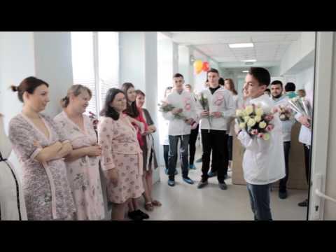 Волонтеры-медики в Крыму поздравляют пациентов больниц