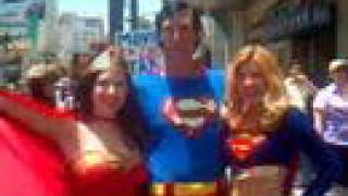 Wonder Woman and Supergirl fight over Superman on Hollywood Blvd. - Theyworkfortips.com