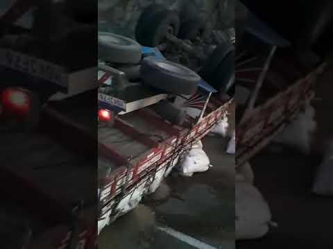 """EXCLUSIVO: Caminhão carregado de """"cama de galinha"""" capota na serra de Salgadinho; vídeo"""