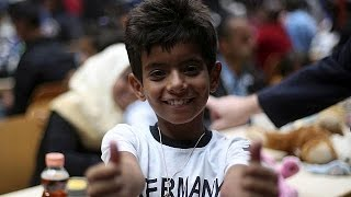 Warm welcome as thousands of refugees arrive in Germany