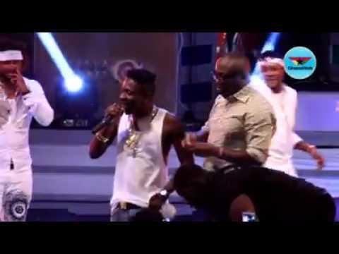 Watch shatta Michy Held shatta wale's Dick on stage oat the Ghana meet Naija show