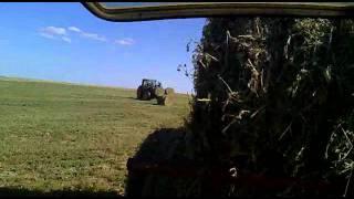 john deere 6930 con remolque lleno de rollos