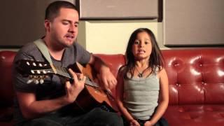 Скачать Папа с маленькой дочкой поют Adele Rolling In The Deep