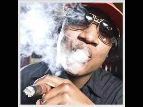 Yung Joc raucht einer Zigarette (oder Cannabis)