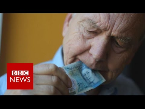 John Humphrys tries to destroy new £5 note - BBC News