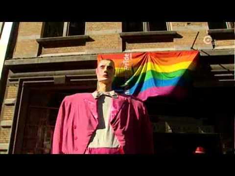 Roze Reus houdt holebi's gezelschap op Gay Pride