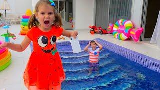 Max Y Katy Dejan Juguetes De Agua Por Todas Partes
