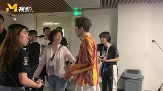 """""""神仙合唱""""之后的林志炫 欢乐现身后台等待接受采访【成龙国际电影周开幕式】"""