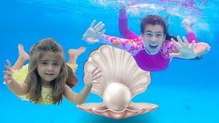 Nastya und Mia schwimmen im Pool und finden einen Schatz
