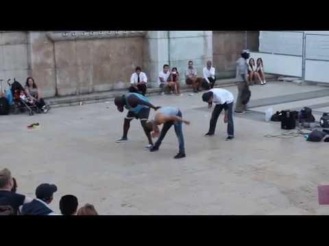 Мега крутые  танцоры на улице Парижа
