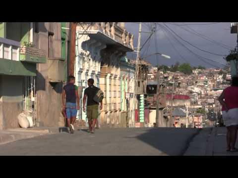 Caminando en el barrio Tivoli  - Santiago de Cuba