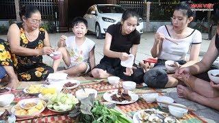 Bữa cơm gia đình Nam Việt ( Đông dân quá phải ra sân ngồi) #namviet