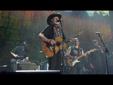 Willie Nelson & Family – Angel Flying Too Close to the Ground (Live at Farm Aid 2016)