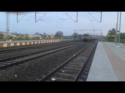 12919 MALWA EXPRESS WAP 4 Crossing sanchi @110 km/h