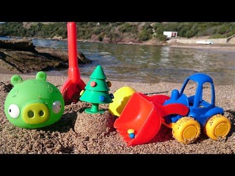 Новогоднее видео для детей - Грейдер на пляже ищет сюрприз