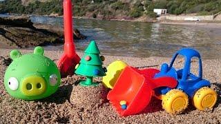 новогоднее видео для детей про ёлку - игрушечный грейдер на пляже ищет сюрприз(Давайте поиграем! Маленькая зеленая хрюшка из Angry Birds снова готовит сюрприз игрушечному грейдеру экскавато..., 2014-12-26T07:14:24.000Z)