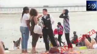شرطى حاول ان يجبر مسلمه على خلع حجابها .. انظر ماذا فعل الحاضرون .