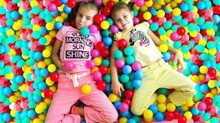 Учим цвета на английском с детьми и разноцветными шариками