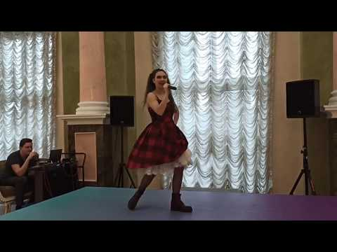 Актриса Тюменского драмтеатра Софья Илюшина исполнила песню Катрин из спектакля