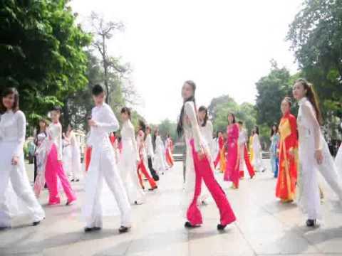 Nữ sinh diện áo dài, nhảy flashmob bên Hồ Gươm
