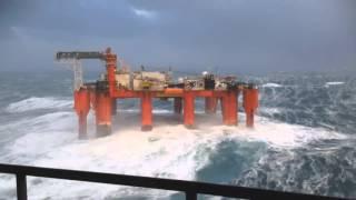 Massive Waves Hit Oil Rig. Массивные волны бьются о нефтяную вышку.