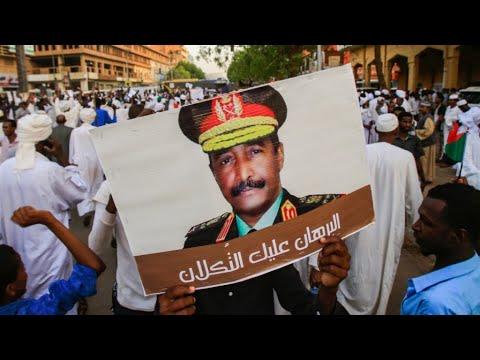 السودان: مسيرة داعمة للمجلس العسكري في الخرطوم يشارك فيها مئات المتظاهرين  - 11:54-2019 / 6 / 3