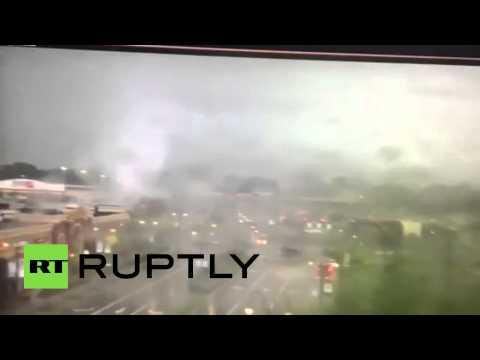 Камера наружного наблюдения запечатлела торнадо в Огайо