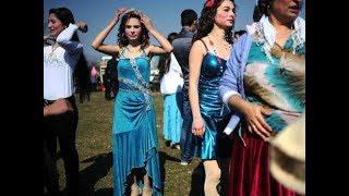 بنات للبيع ، وعرائس يعرضون في السوق