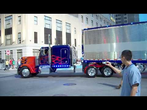 Transformers 3 Detroit Set Autobots drive off, Optimus Prime, BumbleBee, Ratchet, Ferrari, Corvette