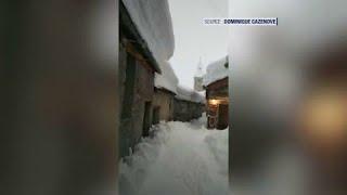 Difficile de marcher dans les rues de Bonneval-sur-Arc où l'on s'enfonce dans la neige