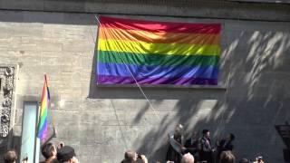 Repeat youtube video Hissen der Regenbogenflagge - Berlin 2014 - Nollendorfplatz