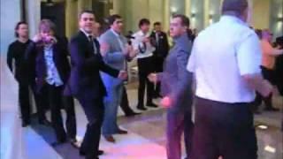Медведев танцует под