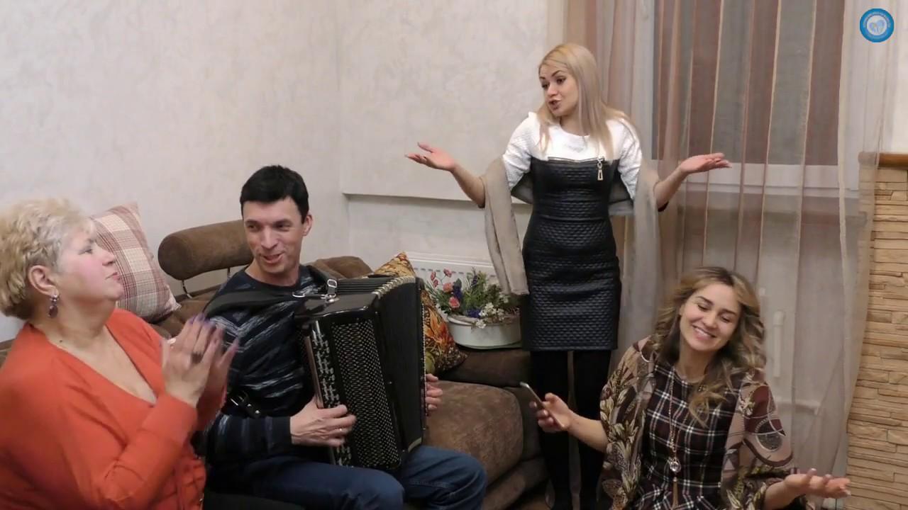 video-kak-muzhik-lyubit-muzhika-anal-s-zhenoy-na-senovale