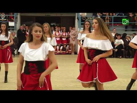 Vadnyugati táncbemutató a 12. B osztály szalagtűzős műsorában