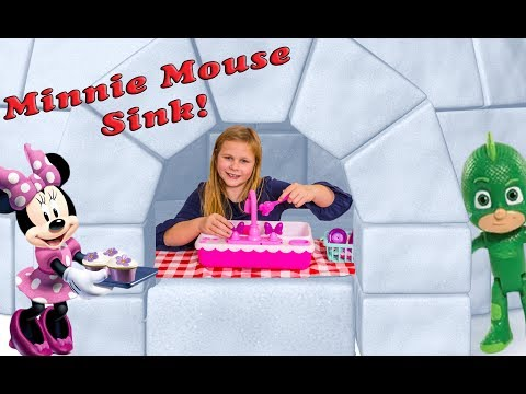 Assistant uses the Minnie Mouse Magic Sink in the Igloo for Pretend Play with PJ Masks