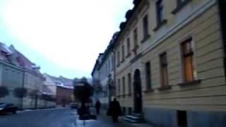 Hombre enciendendo Lámparas en la zona de la Catedral de Wroclaw