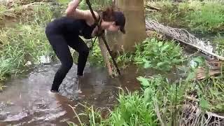 ชีวิตในป่า หาอาหาร สาวสวยนักเอาตัวรอด เดินถือฉมวกล่าปลามากินเป็นอาหาร