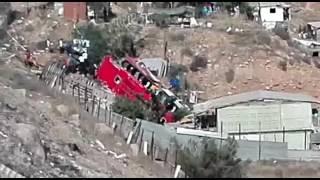 Cae camión a barranco