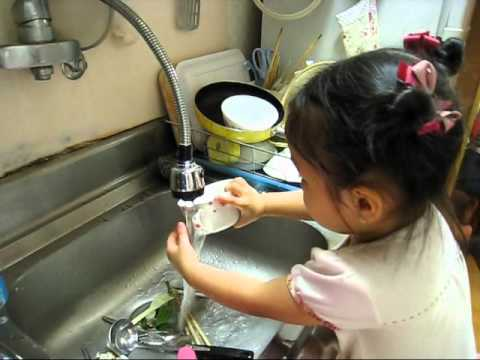 BUI DA MINH CHAU - Em tập rửa chén bát - 2011.06.10