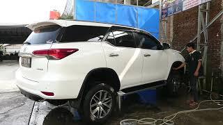 Proses cuci mobil garage car wash