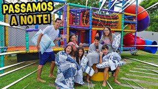 PASSAMOS A NOITE EM UM BRINQUEDO DE SHOPPING COM CRIANÇAS! - KIDS FUN