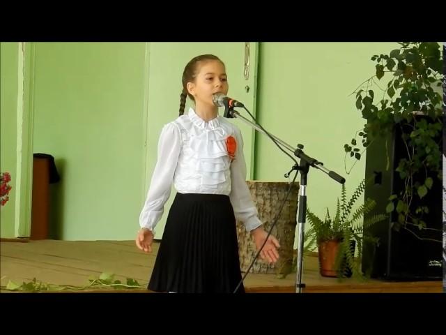 Изображение предпросмотра прочтения – УльянаВасильченко читает произведение «Парад на Красной площади» СергеяВасильевичаВикулова