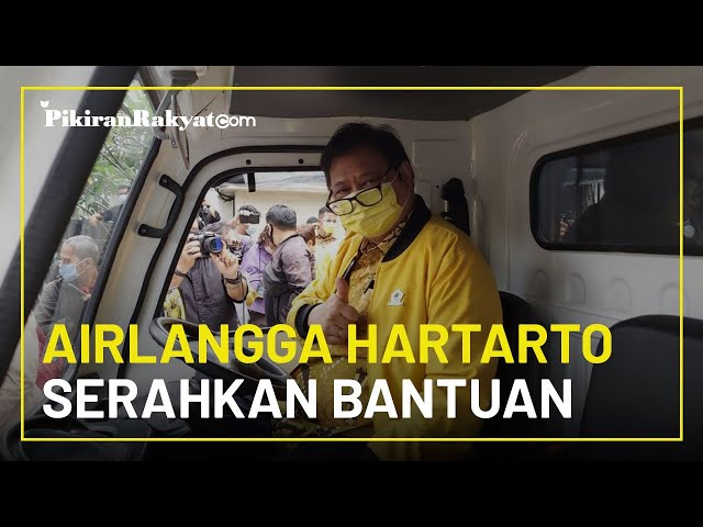 Airlangga Hartarto Serahkan Bantuan Partai Golkar untuk Korban Bencana Sulbar dan Kalbar