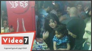 """""""قلب الأم هو السر"""".. فيفى عبده تشترى الحلوى لطفل وائل نور خلال عزاء والده"""