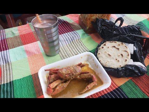 Comiendo  Comida Tipica Salvadoreña En El Mercado De Usulutan El Salvador