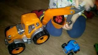 ► Дети играют игрушечными машинками, трактором и экскаватором. Видео для малышей.