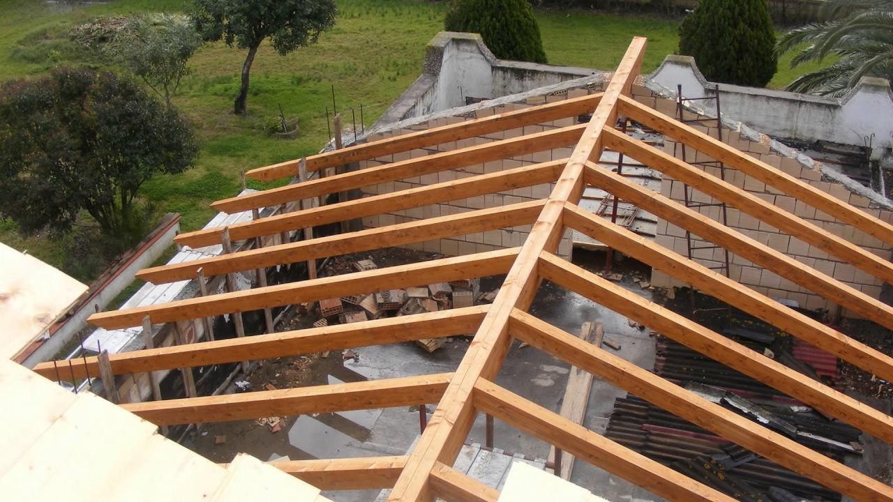 Mansardare casa structura aparenta din lemn lamelar for Modele de balcon din lemn